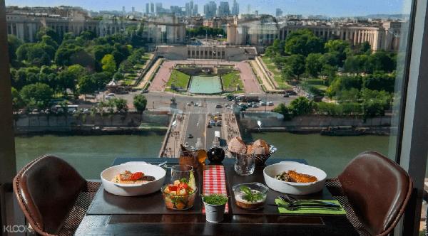 巴黎鐵塔58餐廳的窗邊美景