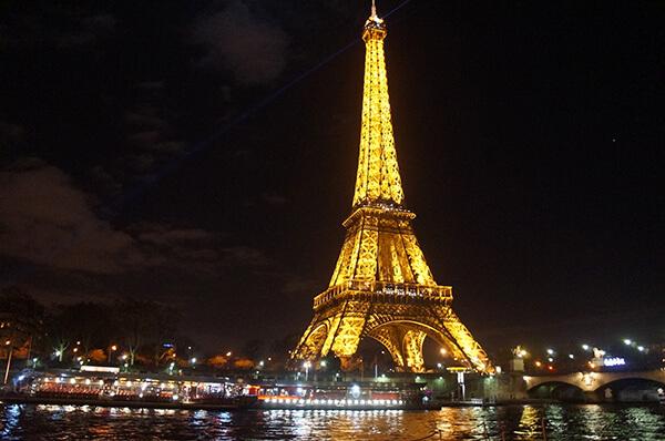 亮晶晶的是塞納河上夜遊導覽的點點船隻