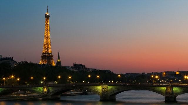 夜晚的巴黎鐵塔更加迷人