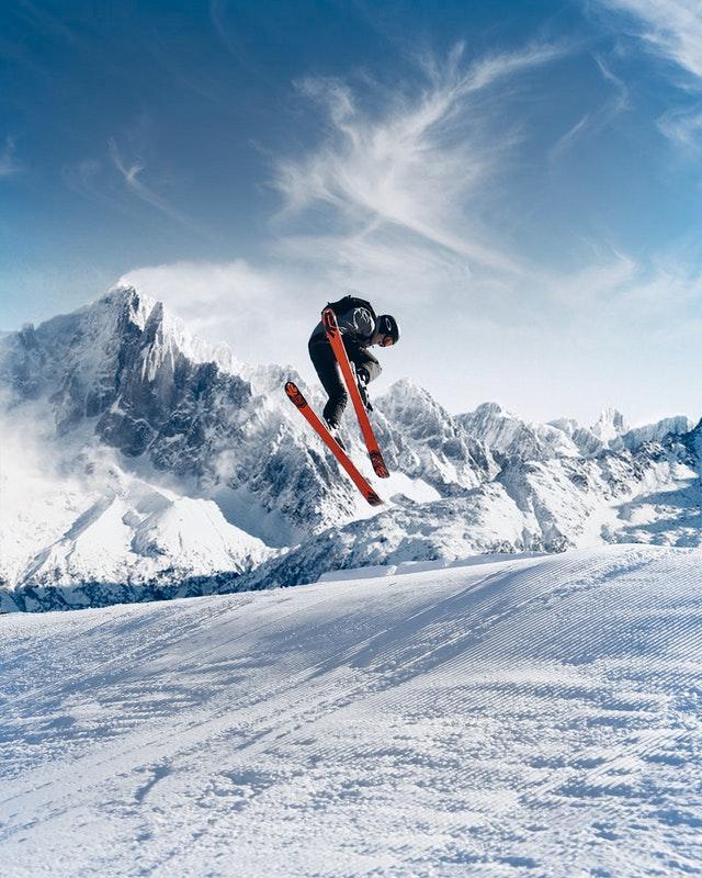 圖:滑雪是高危險運動,時常聽聞摔斷手臂的故事,真的要小心。雙板學習技巧。