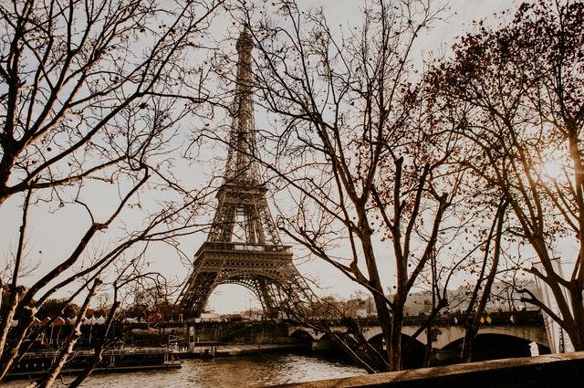 步塞納河畔欣賞巴黎鐵塔
