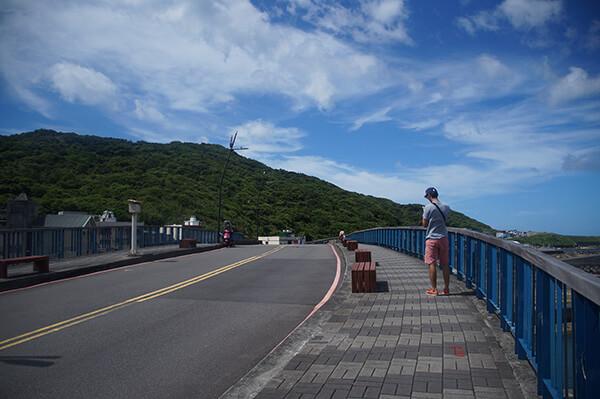 在橋上看地圖的籤先生,平常日可以騎機車上去,但今天因為有活動,所以暫時封路。
