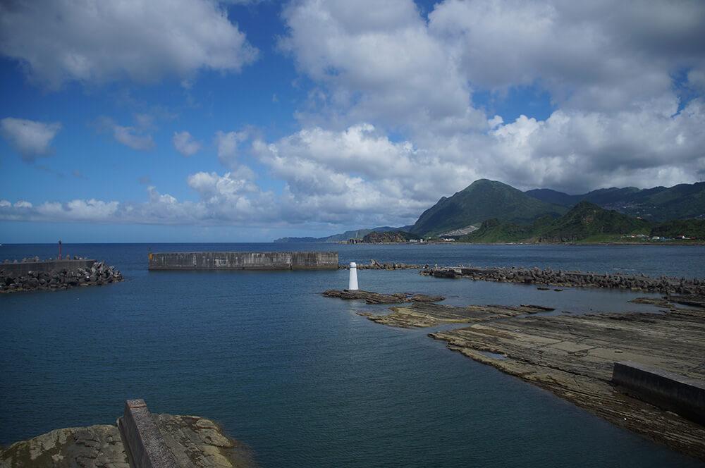 從橋上拍下去的白色燈塔,滿滿的海洋!
