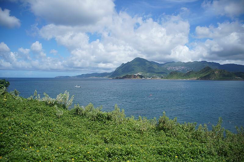搭配綠色山丘拍向遠方的山海,真的好漂亮!雲也被襯托得好漂亮!!