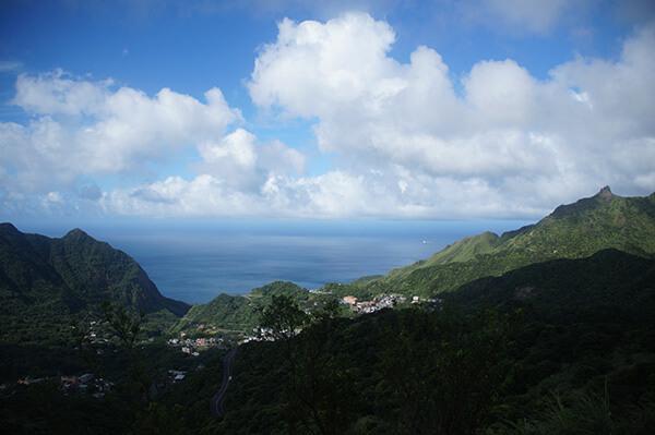 右側的山海聚落,雲景非常立體。