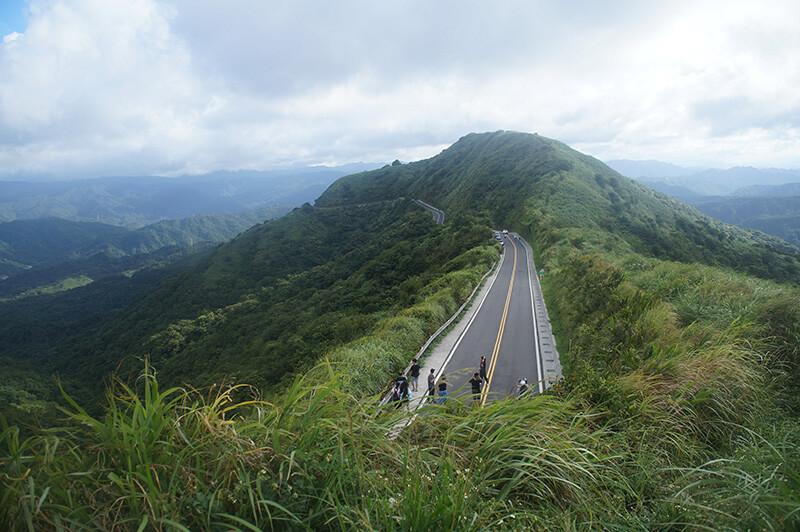 曲折的馬路勾勒著山線,引導著觀看視線。