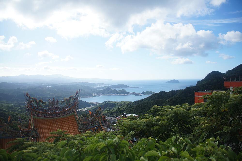 騎經九份觀景台,美麗的九份山城海景。