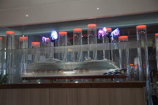 基隆港2樓等待登船時間,現場的模擬船,整點唱起歌!放出投射小煙火!