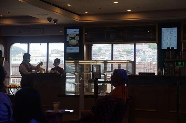 窗景之外的基隆港風景!有看到嗎?:P