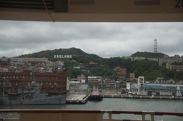 基隆港,天空有點灰,風雨欲來的前夕。