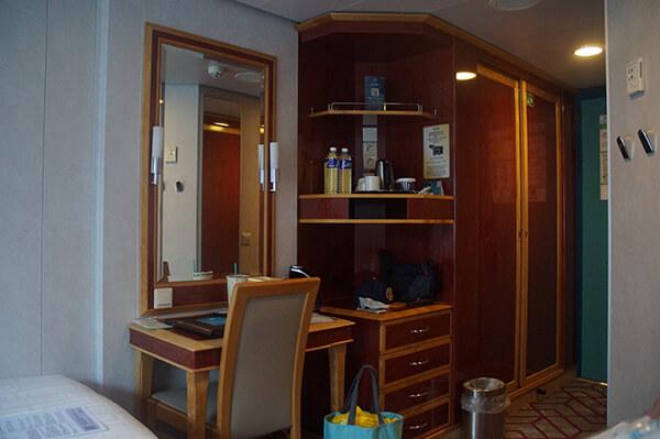 星夢郵輪房間介紹。 梳妝台與衣櫃還有熱水器,空間很大很足夠。