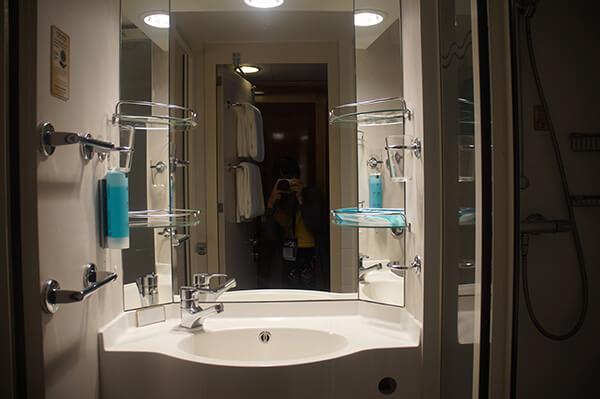 門口一進來右手邊就是浴室!