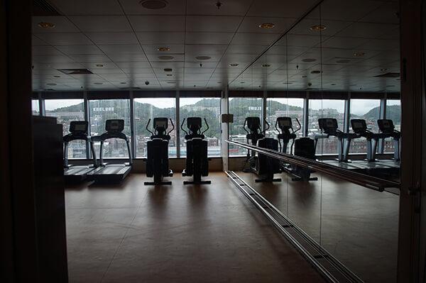 高空健身房!尚未離開基隆港邊,落地大窗戶外就是基隆山景,有看到嗎?