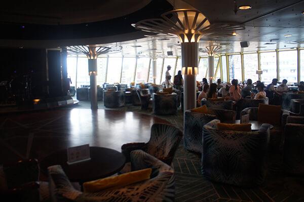 因為還沒離港,窗外就是基隆港,隱隱約約可以看到風景。