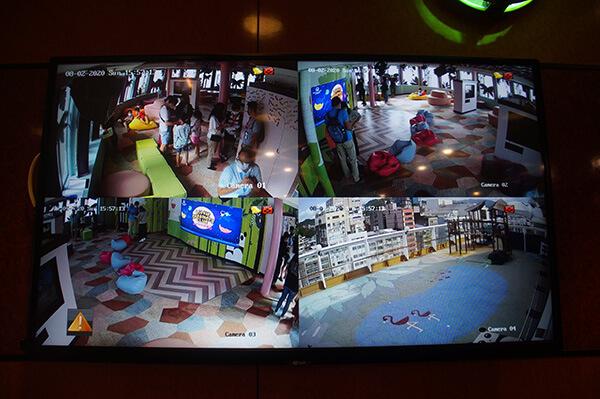 郵輪托兒中心,只有小朋友可以進去,爸媽可以透過外頭這個攝影機觀看小朋友的狀況囉!