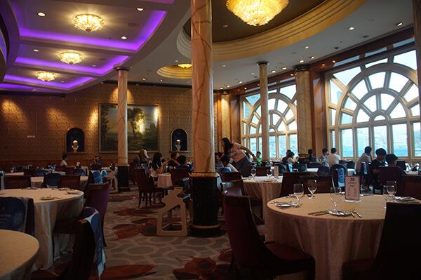 雄獅主辦的郵輪行,典雅豪華的郵輪餐廳,可以一邊用餐,一邊感受郵輪的移動!讓人想到海上鋼琴師!