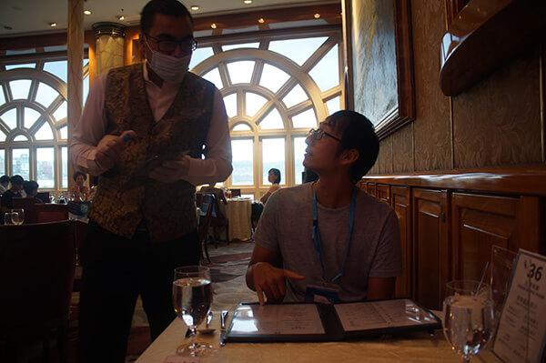 防疫十足的點餐服務生,大部分的船上人員都會戴口罩喔!只有表演者不會。