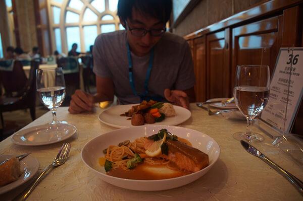 我們的主餐,鮭魚義大利麵跟豬腩肉燉飯