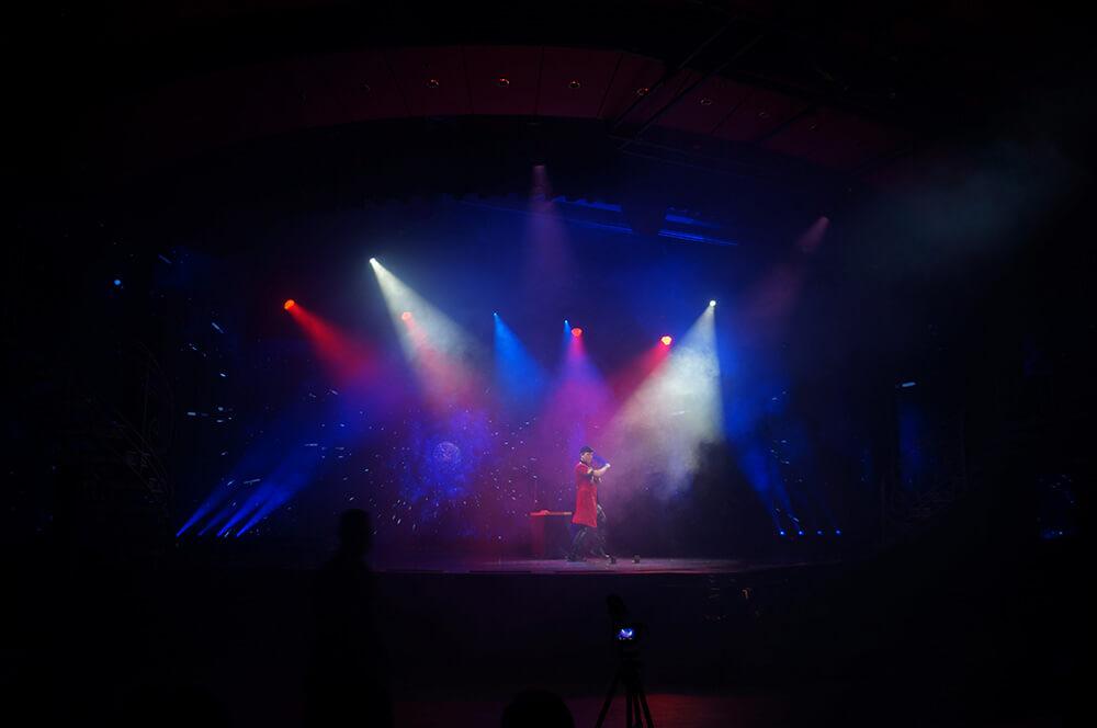 查尼魔術秀,舞台氛圍打光一點都不馬乎!