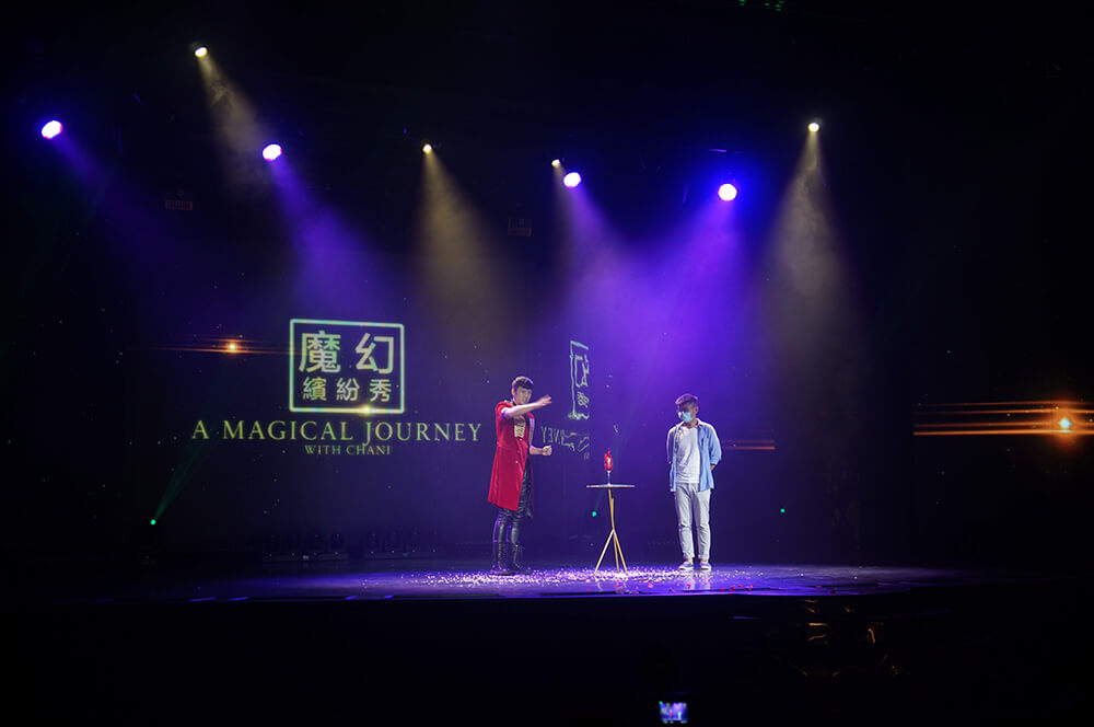 查尼魔術秀,跟來賓互動非常逗趣呢!最後每個小朋友都爭著上台不誇張!