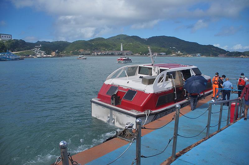 排隊搭接駁小船