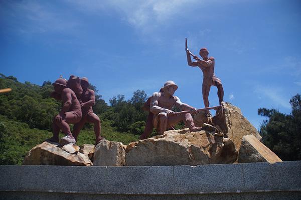 北海坑道前的雕像,還原坑道挖掘的辛苦。
