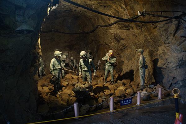 坑道入口會看見幾個當年的模擬情境。