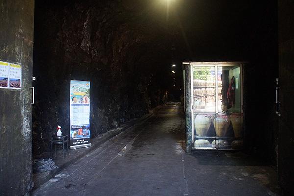馬祖88坑道入口,那個反光的小亭子是公務員??XD反正裡面的人就在用電腦,也不售票。