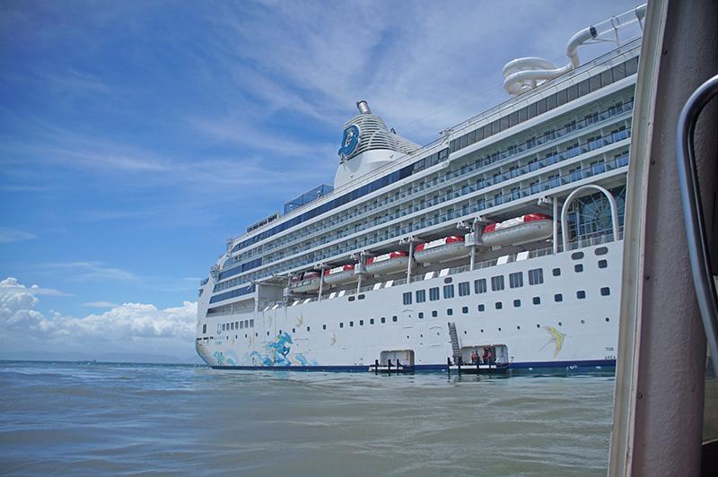 從馬祖接駁小船上看我們的海上飯店,星夢郵輪!