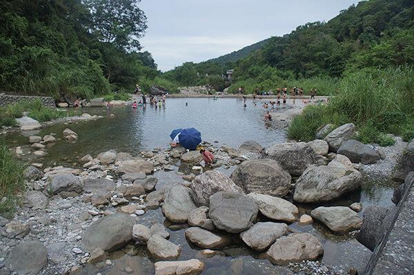 砂婆礑溪相對安全的第二層,偏淺,適合泡腳或帶小小朋友玩水。