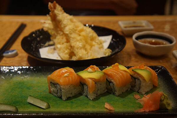 後面是炸蝦天福羅!前面是鮭魚壽司捲