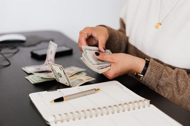 新婚小家庭第一個要面對的重大關卡,就是家庭理財規劃,孝親費給多少?