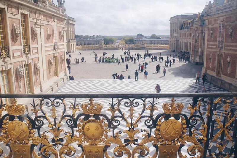凡爾賽宮內望向大門口的窗景。