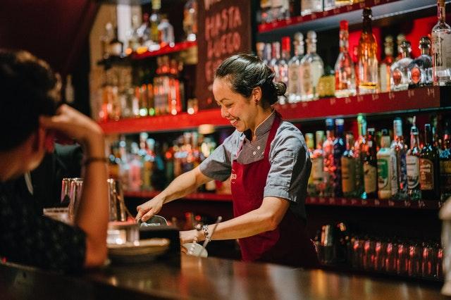 在加拿大我也當過bartender,很忙但很好玩。