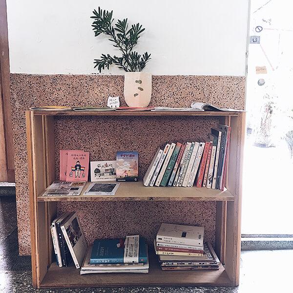沼澤marsh 書區,台南咖啡甜品店的必備裝潢,就是書!