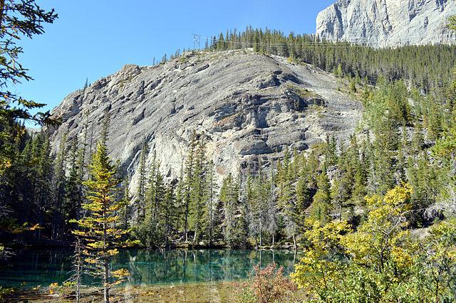 canmore grassi lake 湖畔視角,後方大石塊是攀岩場。