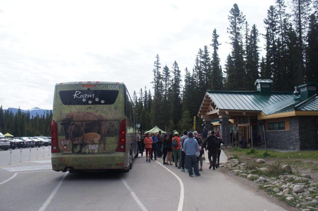 巴士下車點與乘車點!右手邊小屋可以上廁所。
