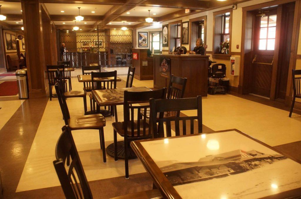 充滿復古歷史氛圍的班夫火車站內!可以喝咖啡,很有情調。