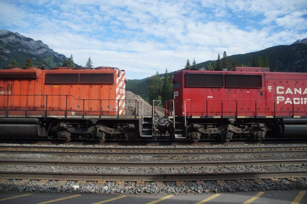 火車鐵軌與洛磯山脈