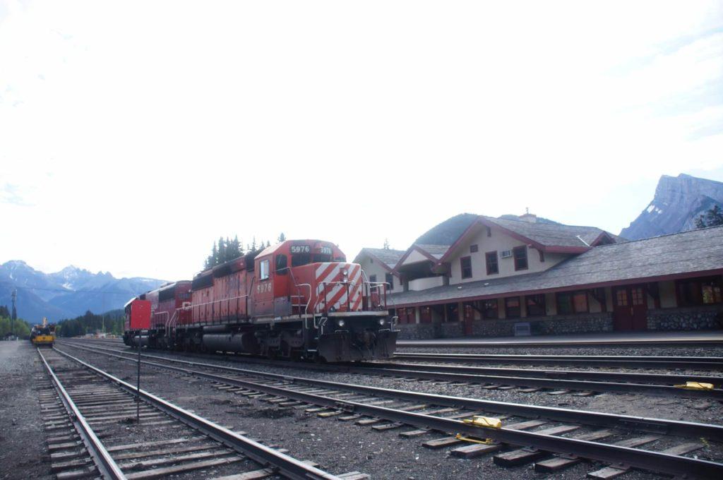 旁邊的鐵軌是會有火車經過的,火車站作用中,拍照還是要小心喔!