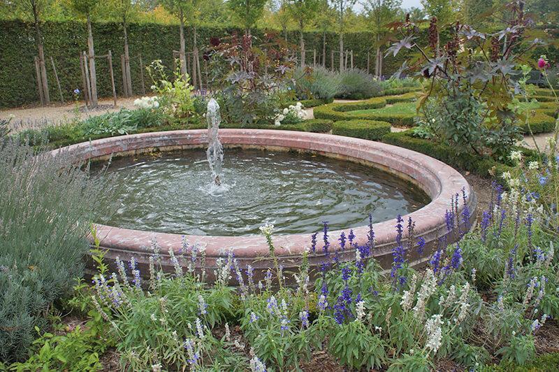 小花園的粉紅大理石噴泉!