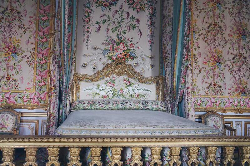 凡爾賽宮皇后寢殿,粉金色調。