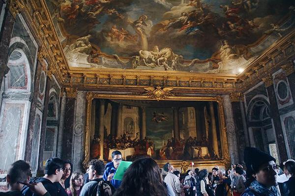 凡爾賽宮滿是人的房間,亮點是天花板,另外牆壁都是美麗的大理石,這個色調我喜歡!