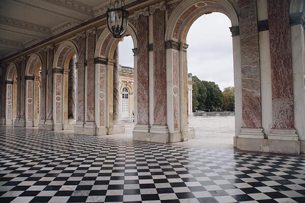 大特里亞農宮中庭,黑白棋盤格。