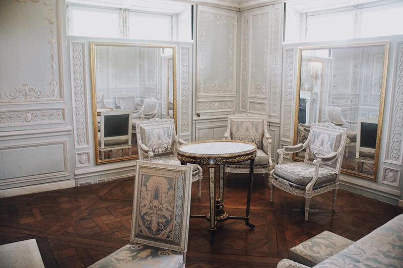 小皇后宮,二樓白色房間!