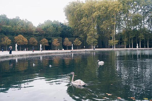 又名天鵝湖!(我亂說的)湖畔旁邊還圍繞著細膩的白色雕像,很棒的地方!