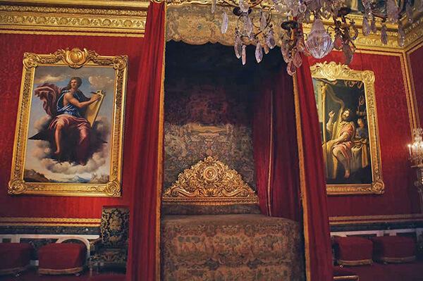 凡爾賽宮的國王寢殿,紅金主調。