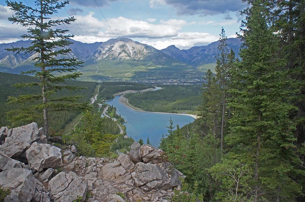 從Grassi Lakes 山徑處,往下看出的美麗風景。