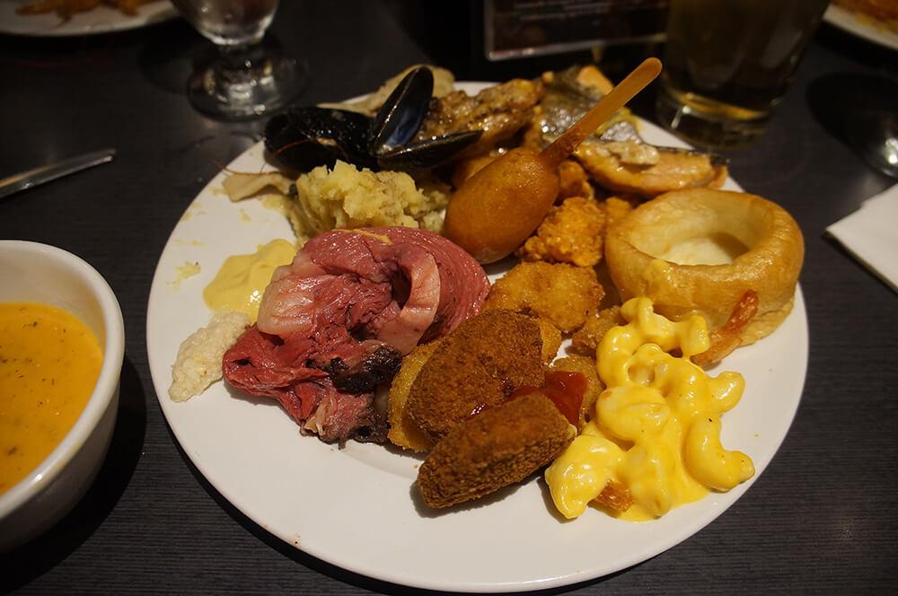 滿滿的食物,還有現切牛排!