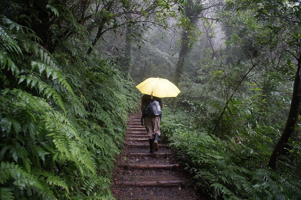 走在我們前方的旅人,穿著最專業的傳統雨鞋!